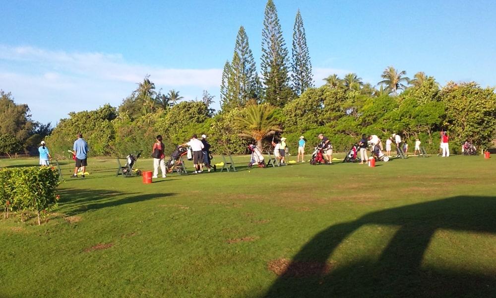 ゴルフの大会に参加する子供たちが練習してる風景