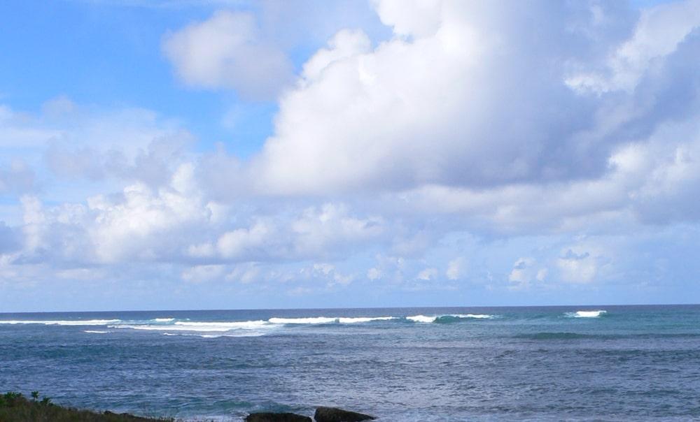 コースからプロショップに向かう間に見えるノースショアの美しい海