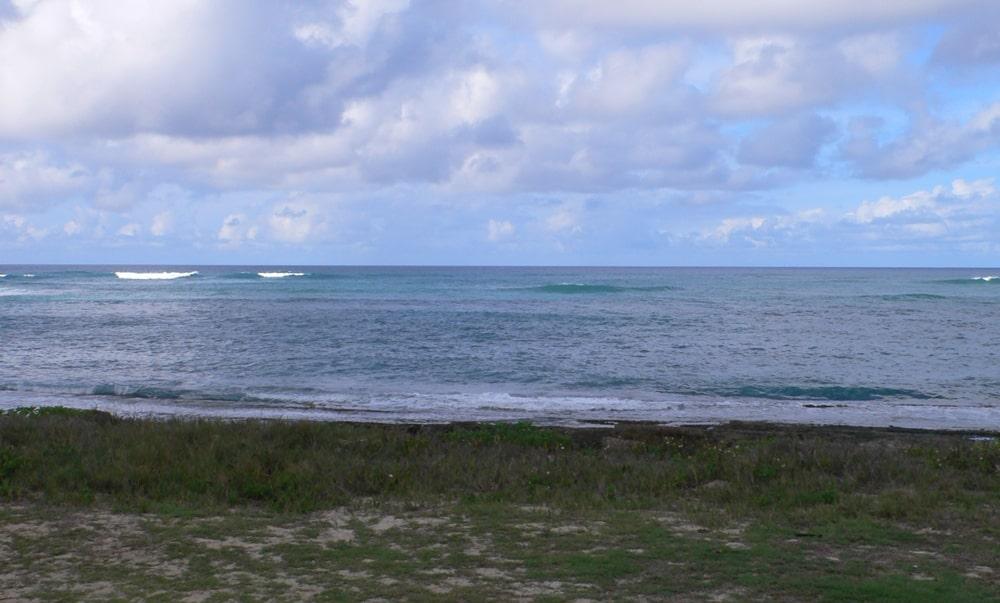 コースからプロショップに戻る時にみえるノースショアのきれいに海