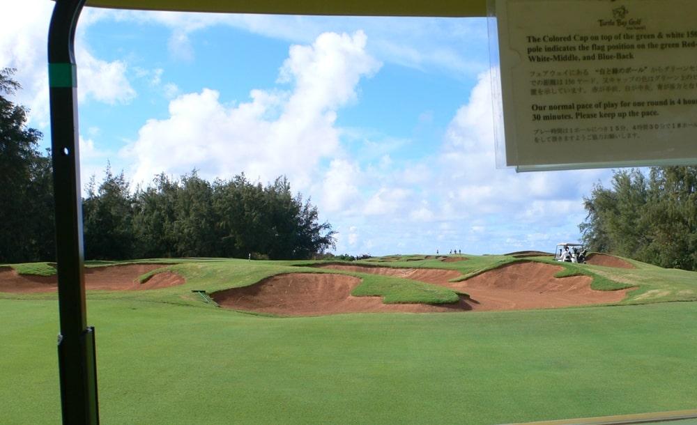 ハワイにあるタートルベイリゾートゴルフコースのアーノルドパーマーコースの名物バンカーに囲まれた17番ホールの景色