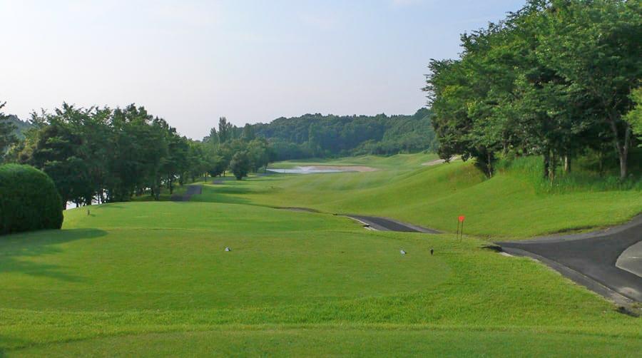 INコース17番ホール グリーン手前に池がある景観のきれいなパー4