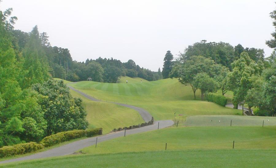 アクアラインゴルフクラブ OUTコース1番ホール 緩やかに右ドッグレッグしてるパー5