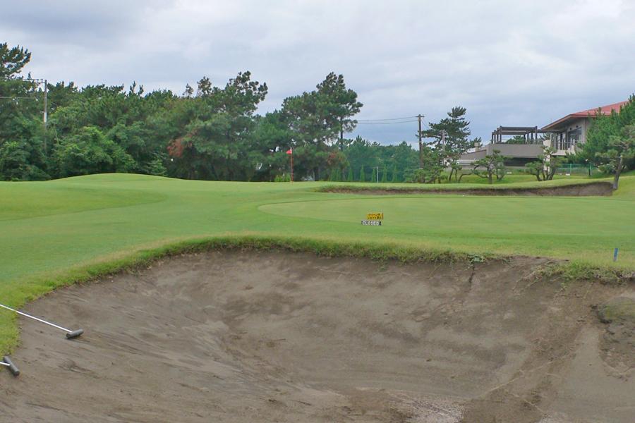 茅ヶ崎ゴルフ倶楽部の9番ホール グリーン手前にあるバンカー