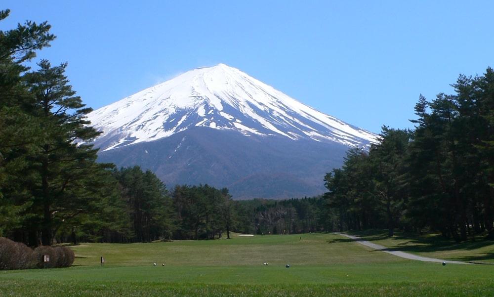 富士山に向かってティーショット出来る富士レイクサイドカントリー倶楽部のインコース10番ホール