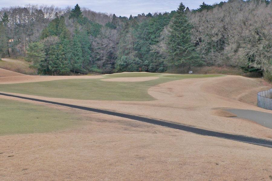 越生ゴルフクラブ INコース13番ホールの2打目地点からグリーンまではこんな感じです