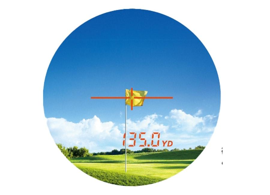 レーザー距離計でピンまでの距離を計測