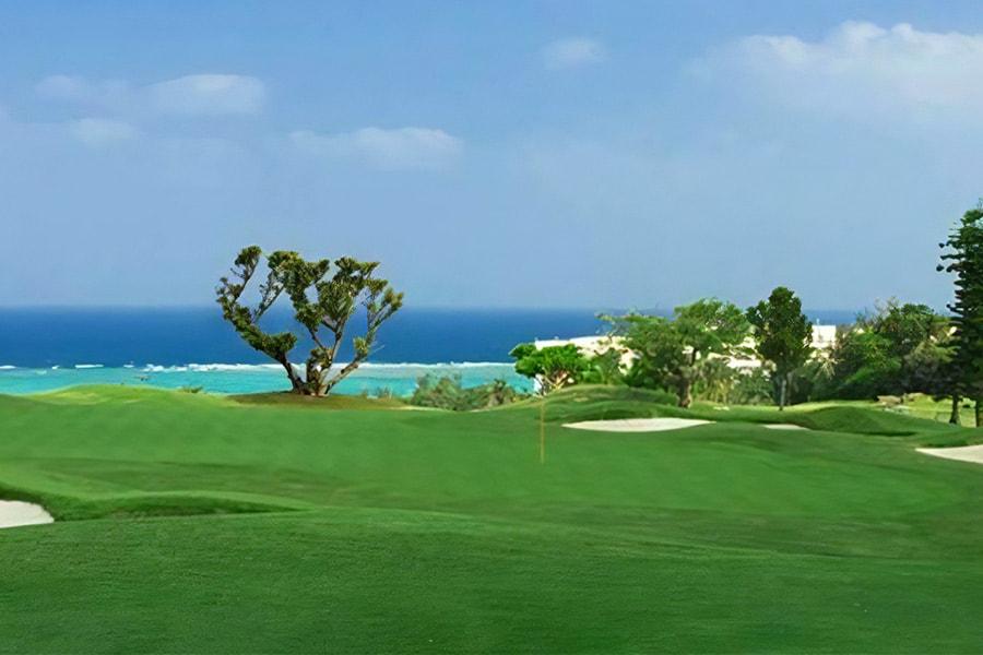 海が青々しく見えるPGMゴルフリゾート沖縄のデイゴ1番ホール