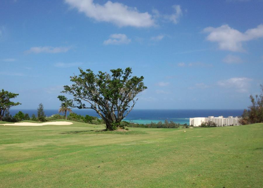沖縄国際ゴルフクラブ デイゴコース1番ホールから見えるきれいな海