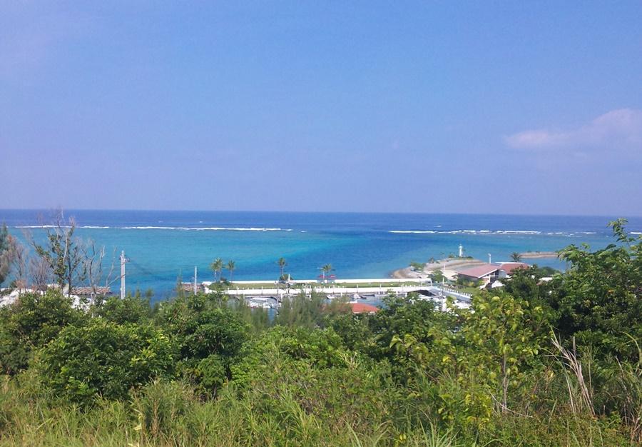 沖縄国際ゴルフクラブから見えるエメラルドグリーンの海